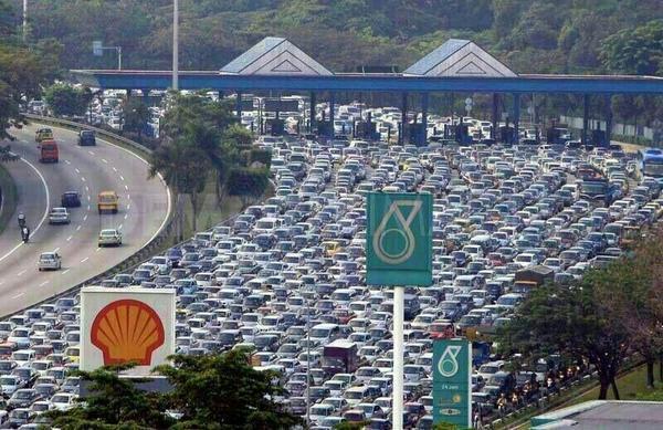 Typowa sytuacja przy wyjeździe z Kuala Lumpur w trakcie Hari Raya