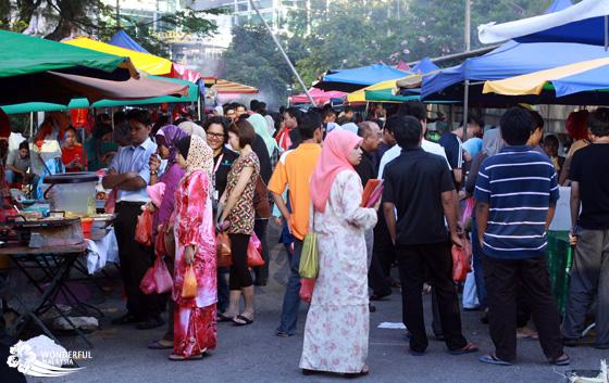 Typowy ubiór muzułmanek w Malezji: kolorowy, odsłaniający całą twarz.
