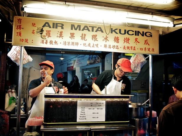 Sprzedawcy air mata kucing przy pracy
