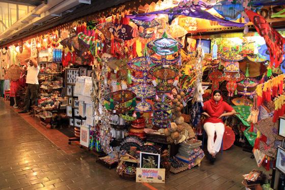 Stoisko z tradycyjnymi latawcami w Pasar Seni