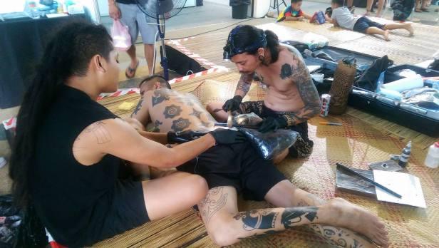 Jeden z tradycyjnych tatuażystów