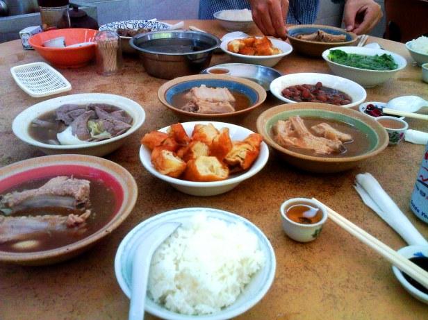 Chiński posiłek - na pierwszym planie malutka czarka z herbatą
